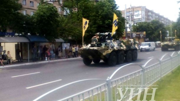 У Маріуполі провели парад військових та техніки.