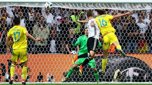 Мустафі забиває у ворота України