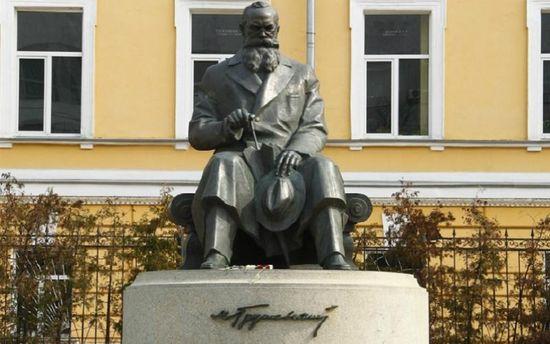 Пам'ятник М. Грушевському
