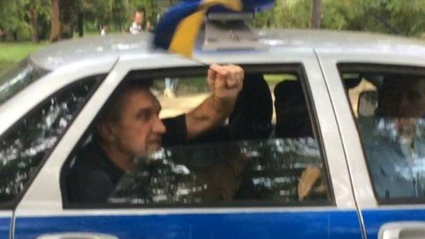 Чоловіка з українським прапором затримали у Криму
