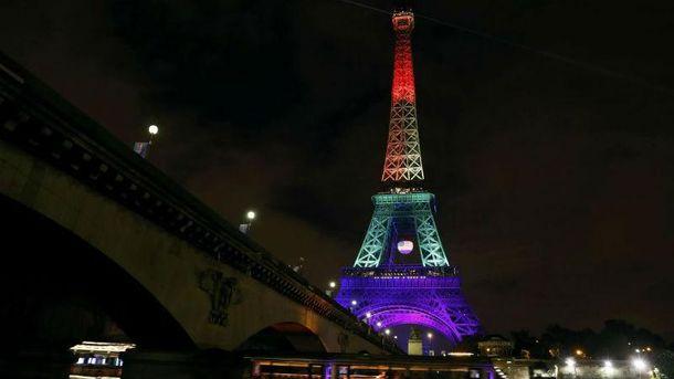 Ейфелева вежа в кольорах ЛГБТ-прапора