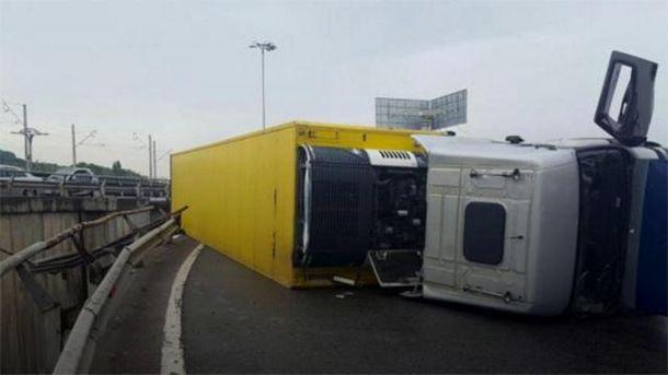 Грузовик перевернулся на мосту в Киеве
