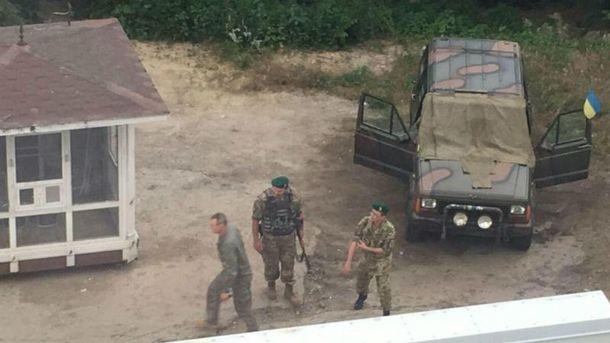 Невідомі з автоматами прийшли під офіс одеського каналу