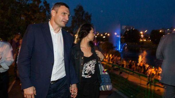 Мер Києва з дружиною прогулюється Русанівською набережною
