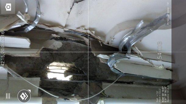 Дірка від снаряду у житловому будинку Красногорівки