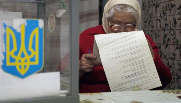 Бабушка рассматривает избирательный бюллетень