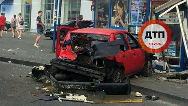 Авто разбил остановку в Киеве