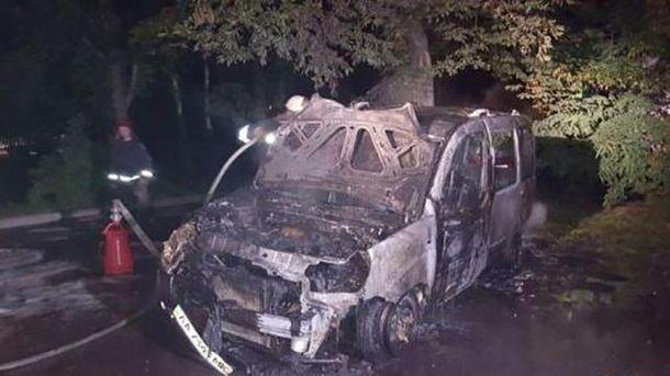 Сгорел автомобиль в Киеве