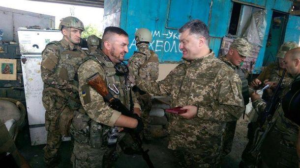 Порошенко навестил украинских воинов на передовой