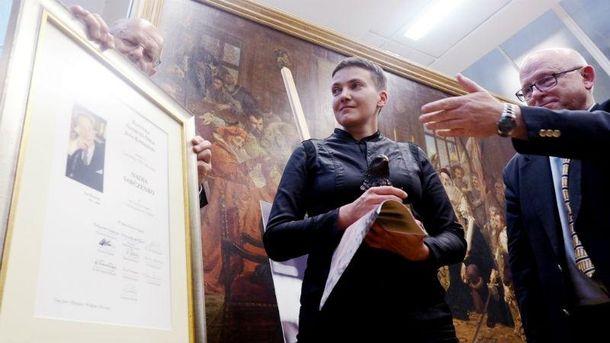 Савченко вручили награду, которую ранее отдали Немцову