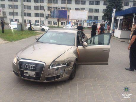 Пьяный водитель врезался в полицию во Львове
