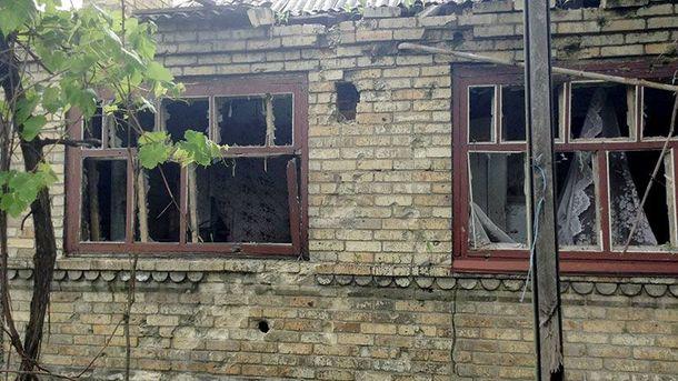 Будинок після обстрілу в Мар'їнці