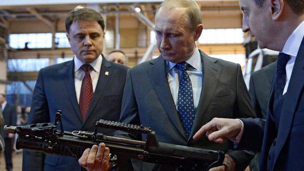 Владимир Путин рассматривает автомат
