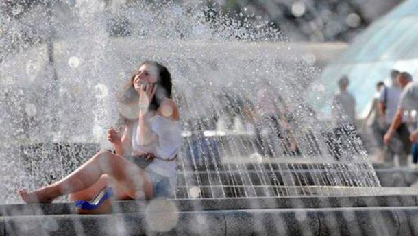 Дівчина поблизу фонтану