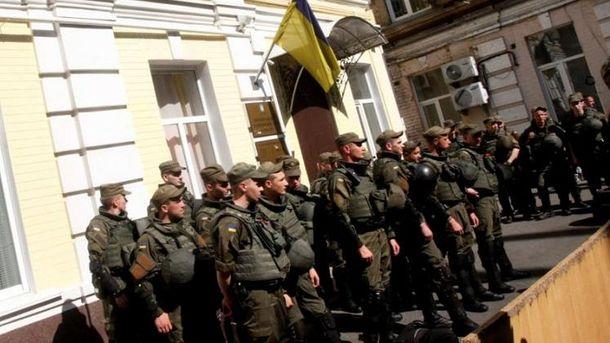 Бійці блокують будівлю суду