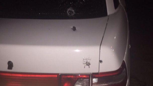 Невідомі обстріляли машину та кинули гранату