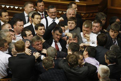 Українські депутати полюбляють продемонструвати силу (ілюстрація)