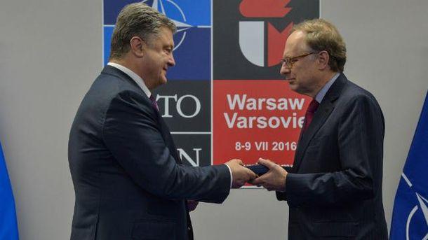 Заместитель генсека НАТО получил награду из рук Порошенко