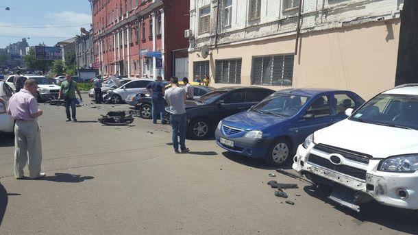 Дедушка влетел в 9 припаркованных авто