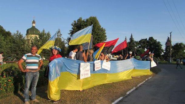 Крестный ход был встречен с красно-черными и национальными флагами
