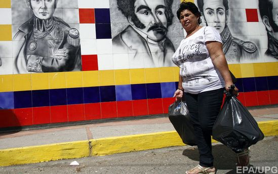 Жителька Венесуели з кульками їжі