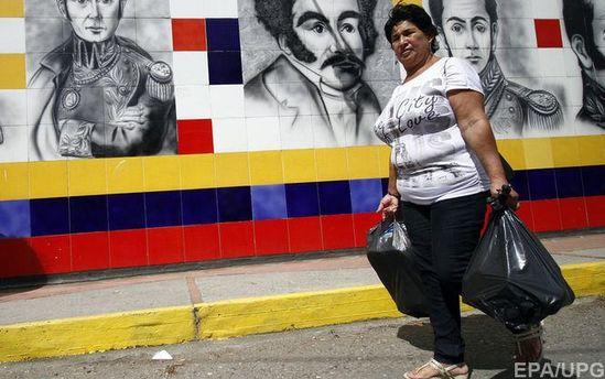 Жительница Венесуэлы с пакетами пищи