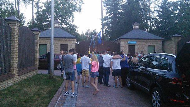 Активісти біля будинку Медведчука