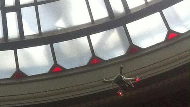 Беспилотник под куполом Верховной Рады
