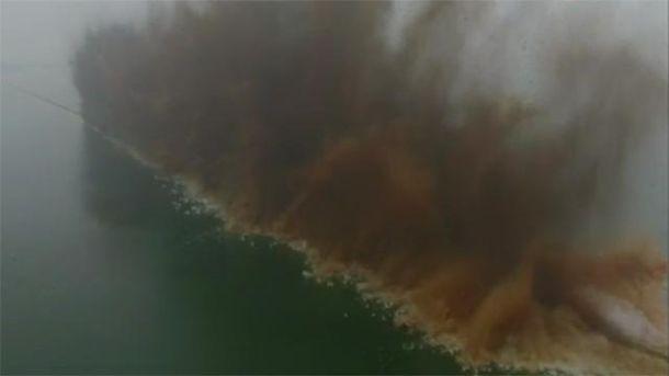 Многокилометровую дамбу взорвали в Китае