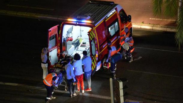 Карета скорой помощи забирает раненого человека