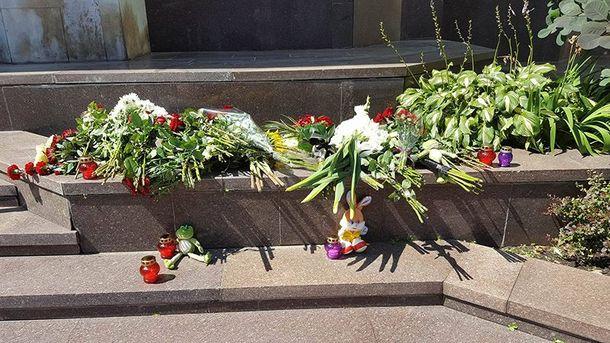 Киевляне несут цветы к посольству Франции. Иллюстрация