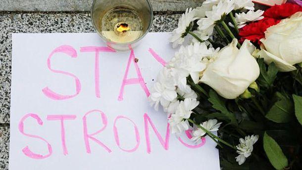 Люди несут цветы к посольствам Франции