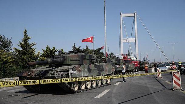 Військовий переворот у Туреччині: танки на мості через Боспор