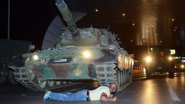 Житель Турции, что лег под танк