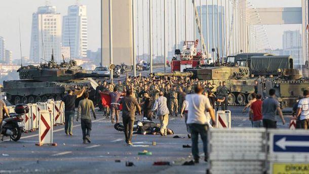 Военные-мятежники сдавались посреди Босфорского моста