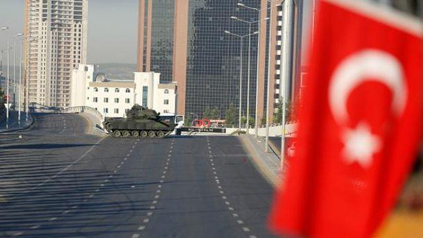 Мятежники продолжают удерживать здание Генштаба