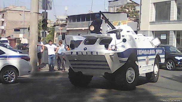 Вооруженные люди захватили здание полиции в Ереване