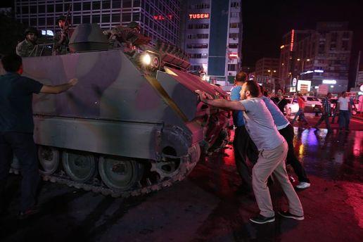15 июля 2016 года. Сторонники Эрдогана останавливают бронетехнику военных