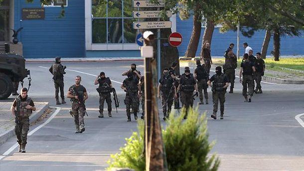 Турецкие спецназовцы после неудавшегося переворота проверяют военную базу