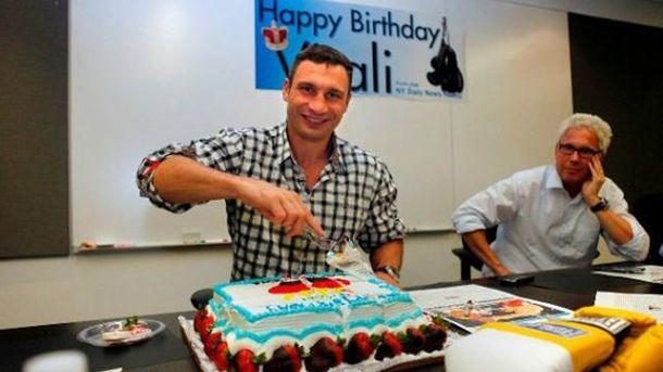 Виталий Кличко разрезает торт