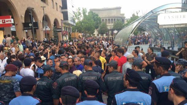 ВЕреване протестующие ранили четверых полицейских