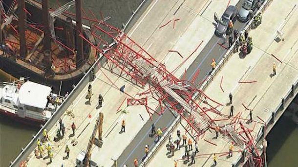 Строительный кран упал на проезжую часть моста