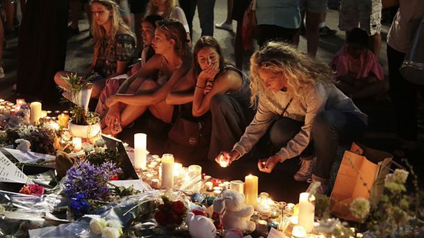 Траур по погибшим в результате теракта в Ницце