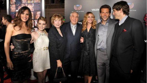 Гарри Маршалл (в центре) в окружении голливудских звезд