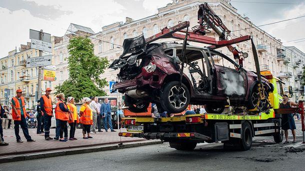 Евакуатор забирає автомобіль, у якому загинув Шеремета