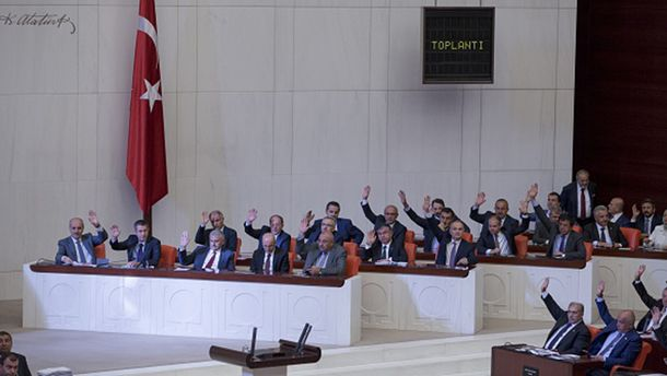 Турецкие парламентарии голосуют за чрезвычайное положение
