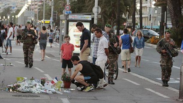 Люди несут цветы на место теракта в Ницце