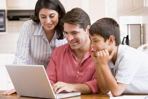 Семья перед ноутбуком