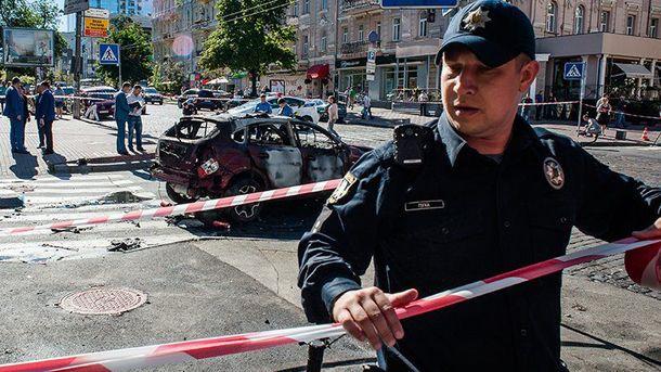 Полицейские ограждают место взрыва машины Шеремета