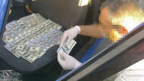 Полицейские получили первую часть взятки